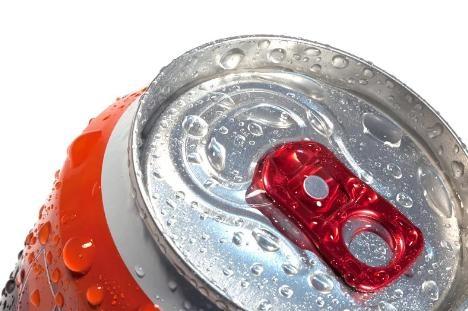 男子喝罐装饮料后反复发烧 专家:设计有污染饮品风险