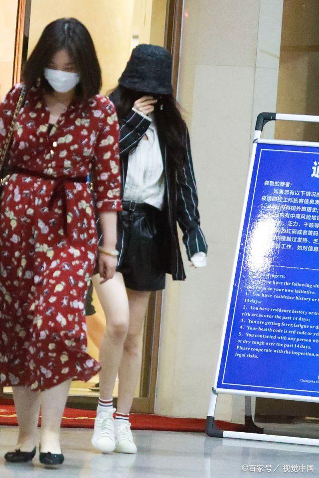 少女感满满!杨幂机场搭皮质热裤秀纤细美腿,穿条纹西装造型炫酷