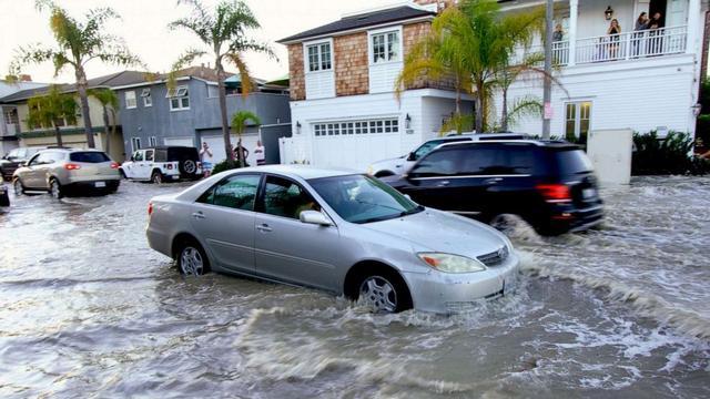 美国洛杉矶纽波特比奇遭巨浪冲击 街道被淹没