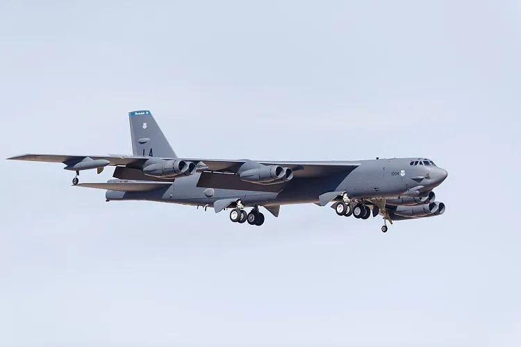 美国B-52H轰炸机趁双航母南海巡航时重回关岛,中国专家:绝对不是巧合图片