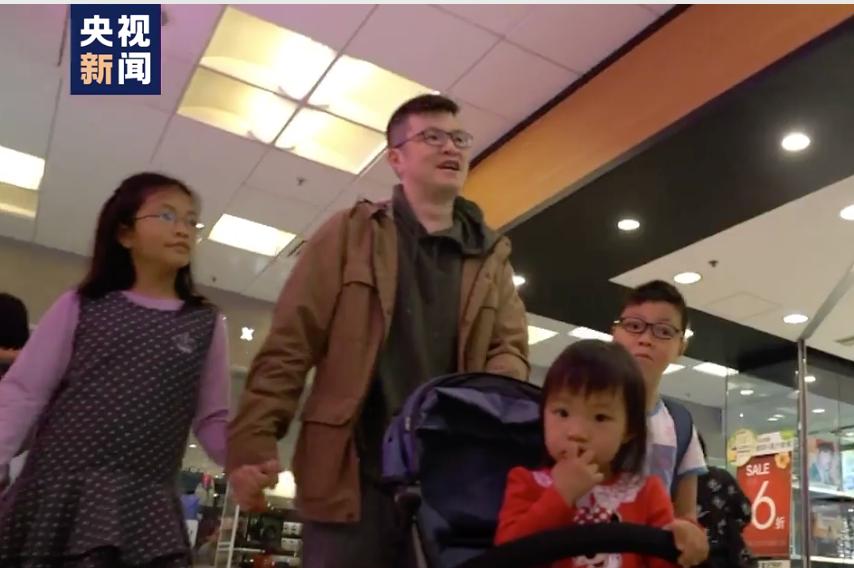 杏悦:面对黑暴威胁杏悦他抱着两岁女儿图片
