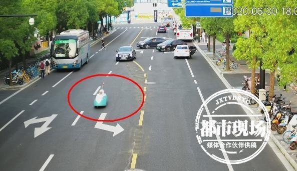 """上海街头惊现一台""""潜水艇""""?交警拦下一看,差点笑喷"""