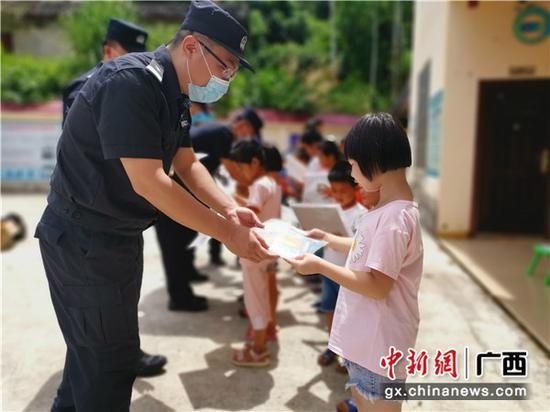 """崇左边境警方开展""""关爱留守儿童、共筑平安边境""""主题活动"""