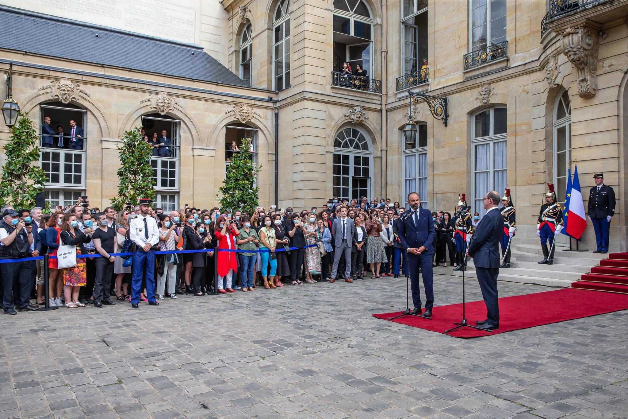 法国总理卡斯特低调上任,新政府将于本周亮相