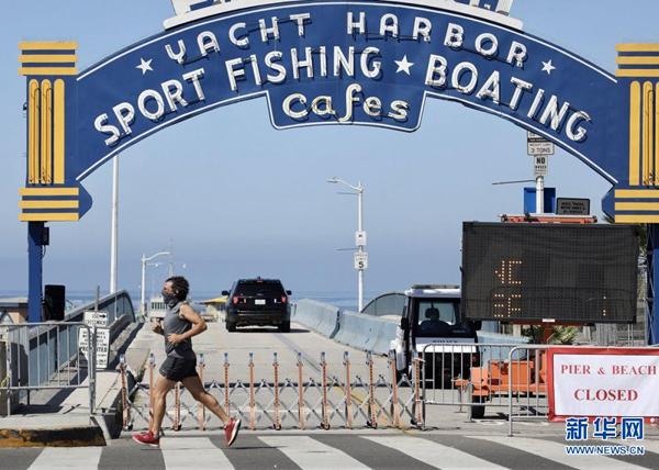 这是7月4日在美国洛杉矶县拍摄的关闭的圣莫尼卡海滩。新华社发