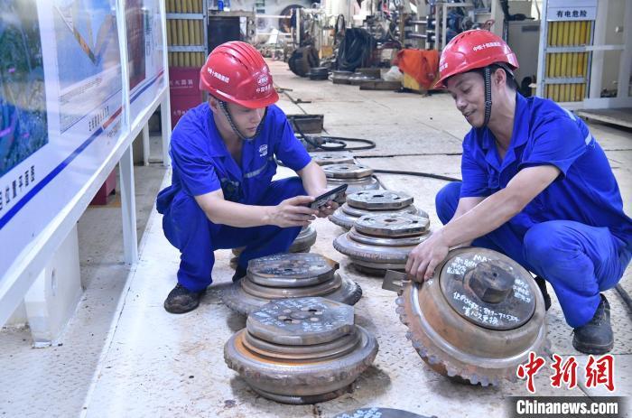 指甲盖大小承重7.9公斤 南京一过江隧道穿越江底深槽沟