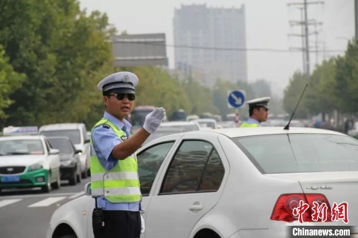 资料图:河北公安交警将采取多项举措全力护航2020高考。河北省交管局供图