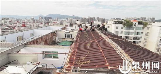 顶楼加盖铁皮房当作宿舍食堂 丰泽一小区违建被强拆