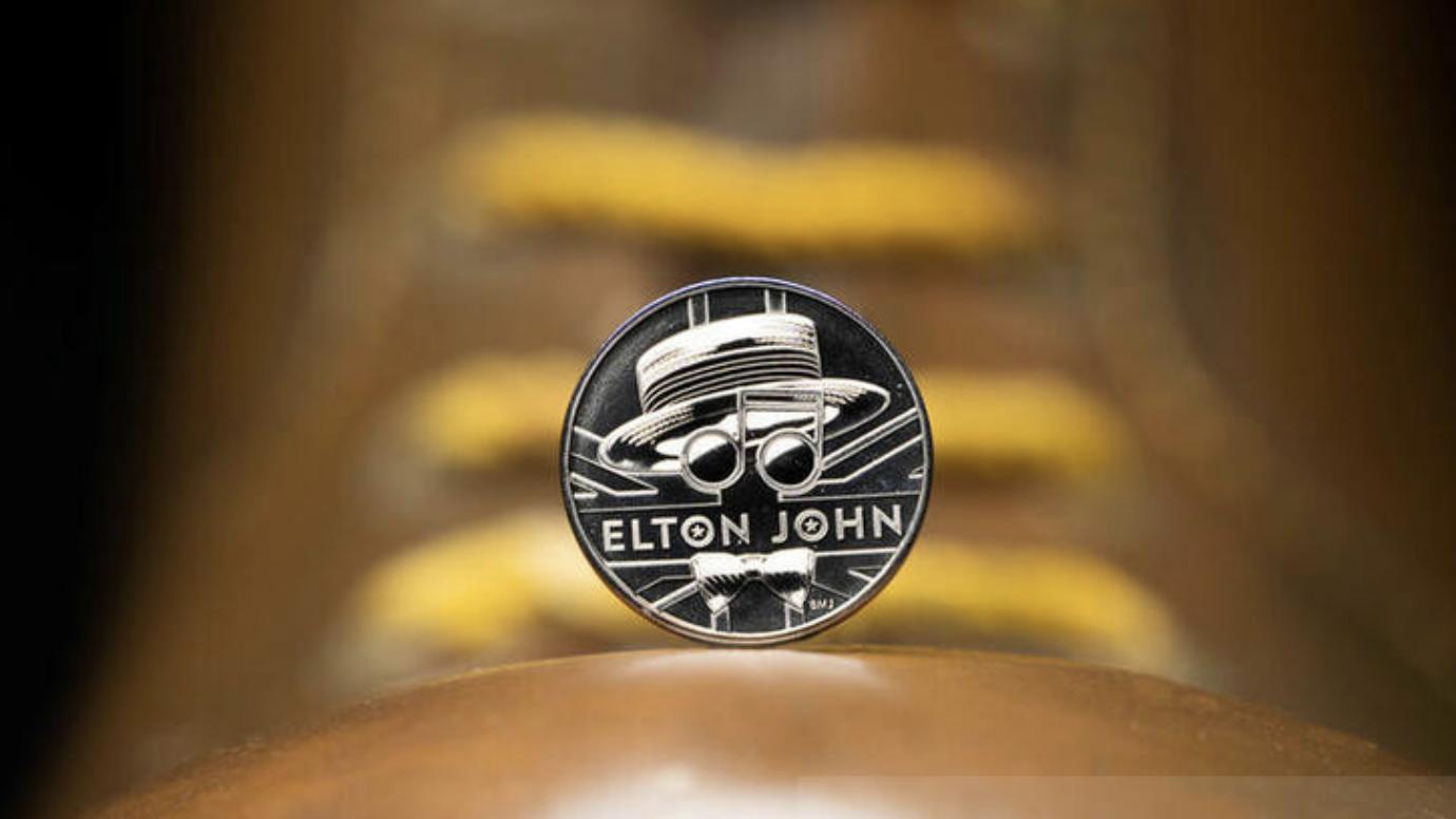 英国乐坛传奇歌手艾尔顿·约翰获皇家铸币局发行纪念币,为皇后乐队后第二人