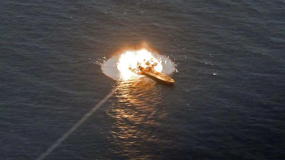 伊朗反舰导弹在演习中命中靶船