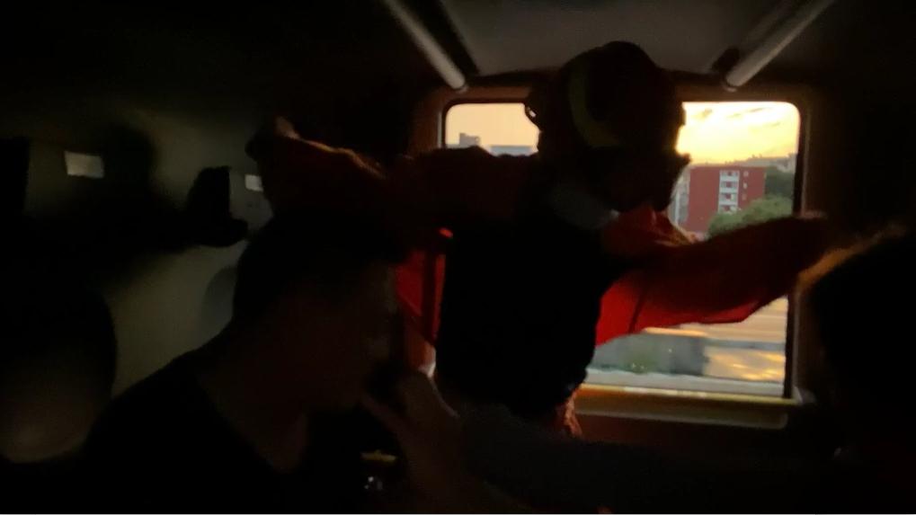 暴雨天消防车变急救车!昏迷男孩6分钟送到医院