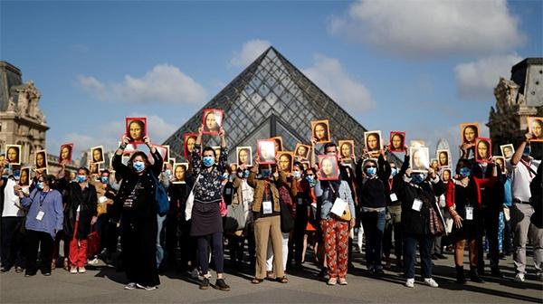 没了游客和收入 巴黎导游举蒙娜丽莎肖像抗议