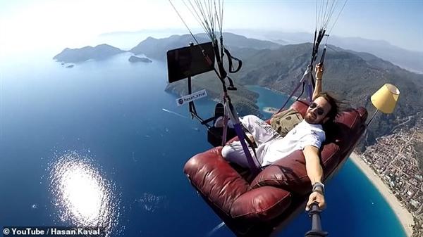 土耳其男子坐沙发飞上天,他怎么飞上去的?