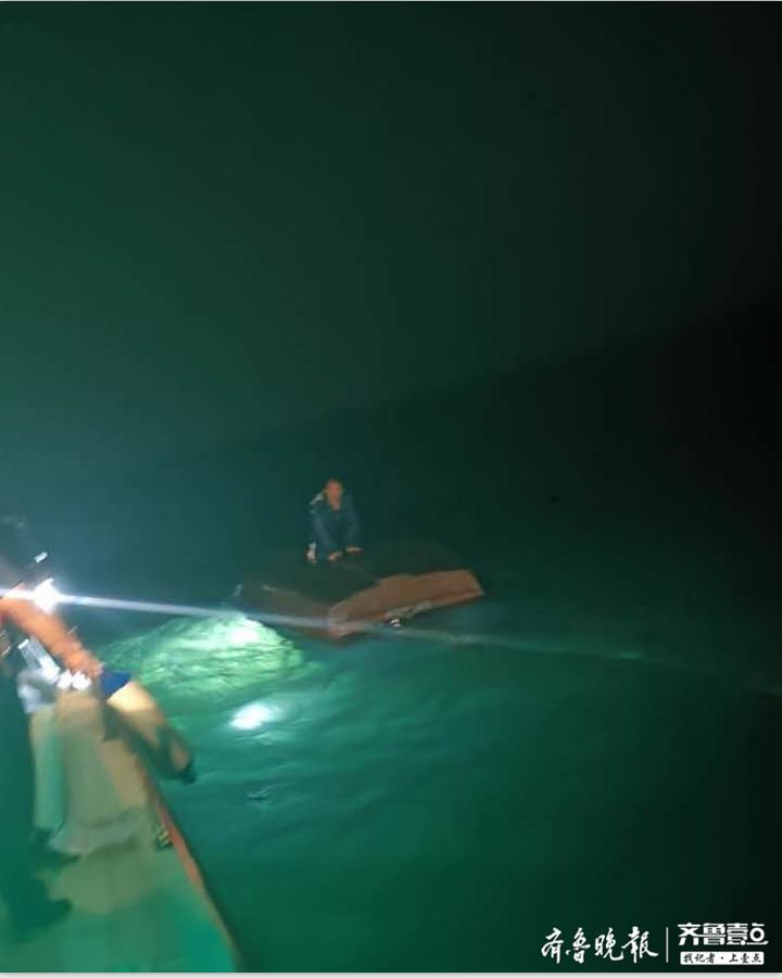 男子深夜海钓翻船落水,海中坚持近两小时获救