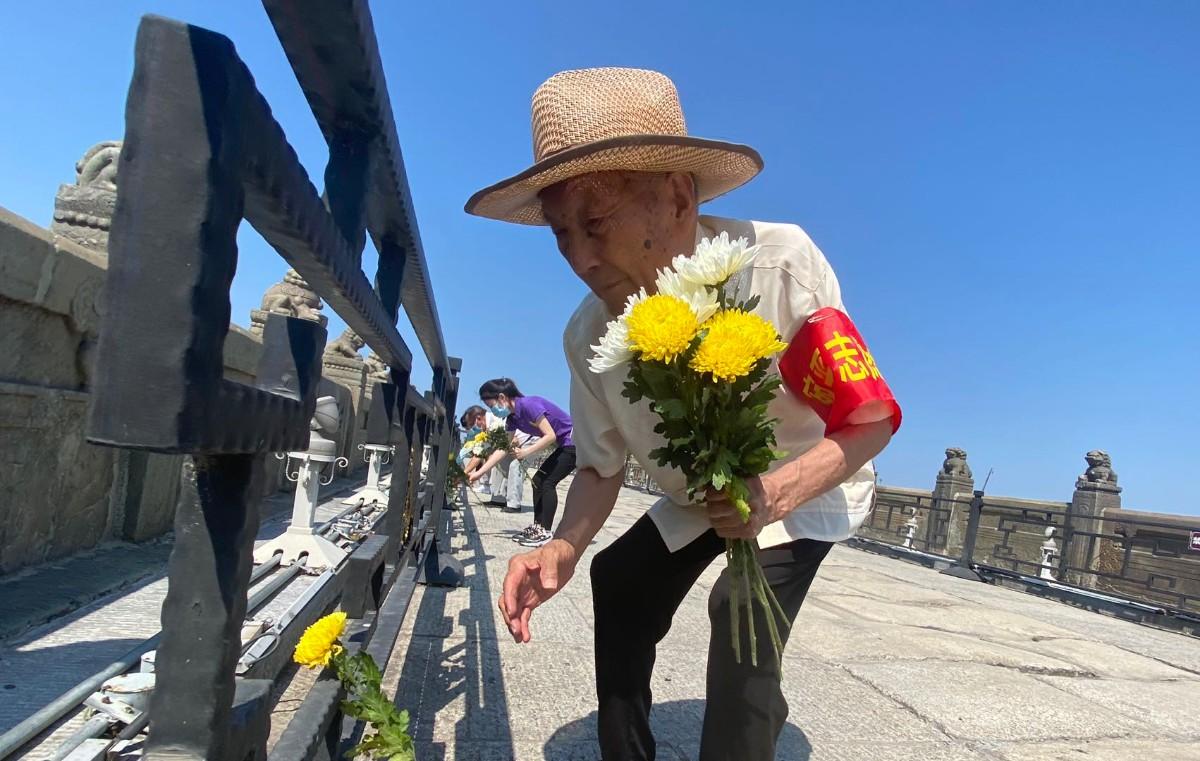 卢沟桥畔,89岁抗战史讲解员和宛平群众一起祭奠英烈