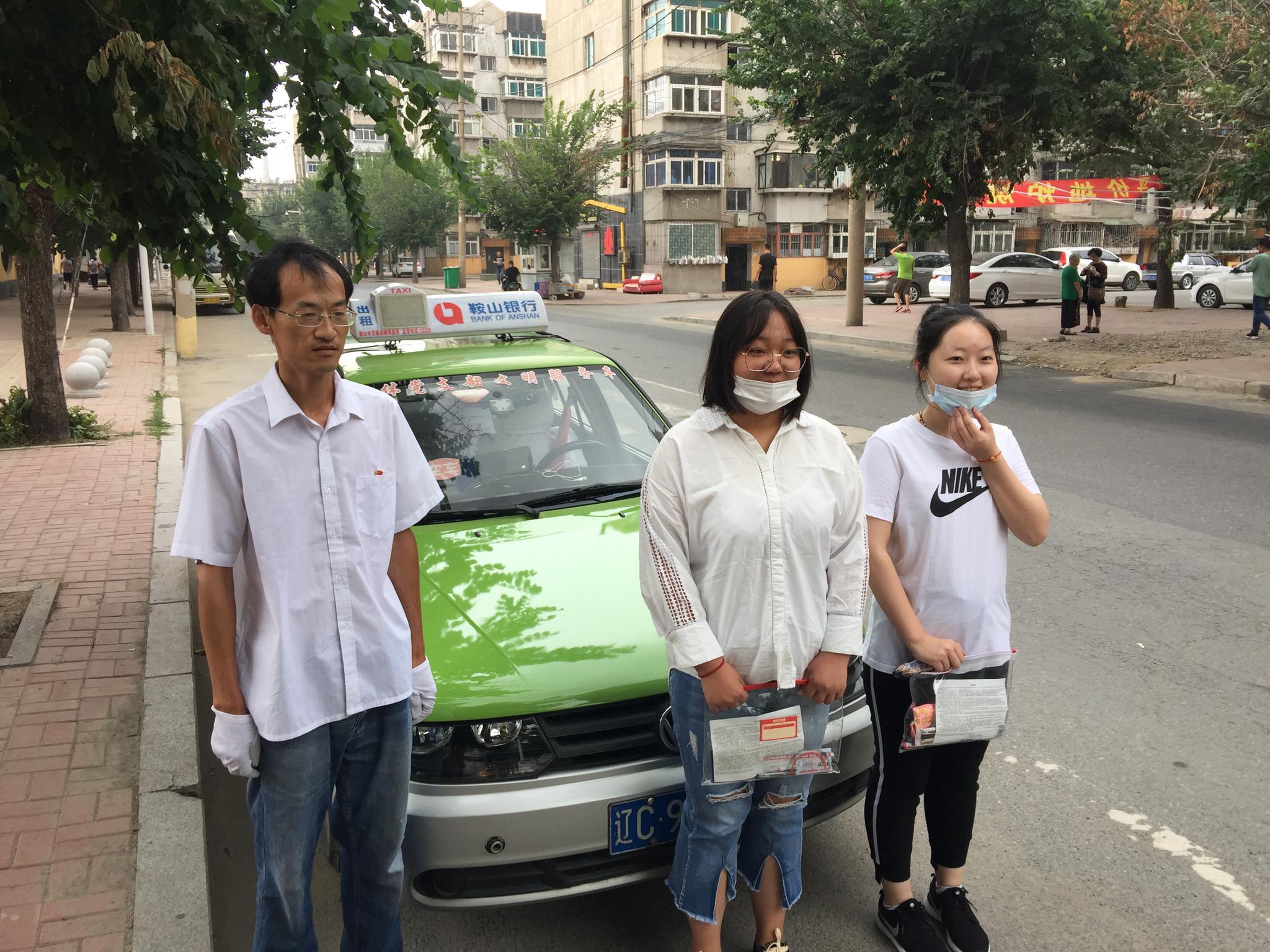 高考首日 鞍山200多辆爱心出租车免费接送考生