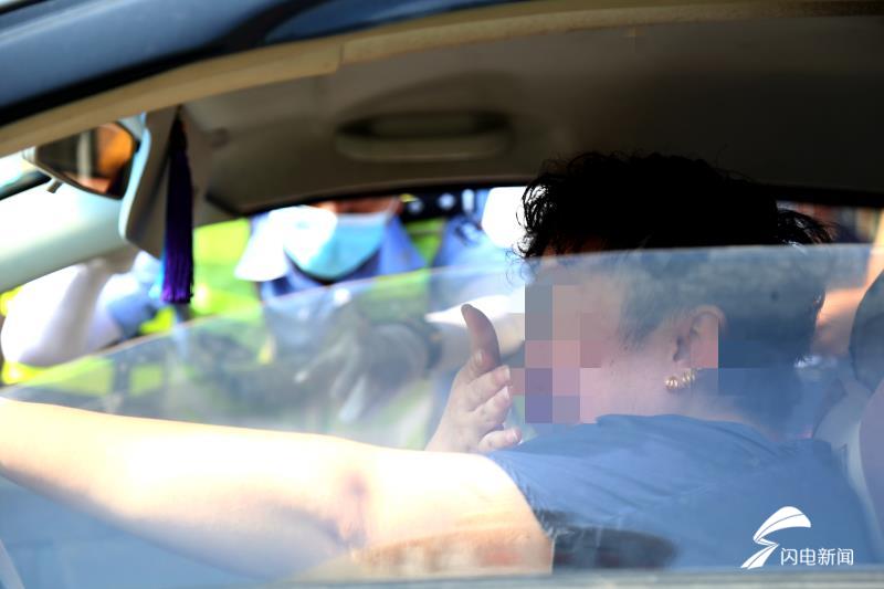 """43秒丨送女儿送错考点!紧急掉头""""赶考""""!事后济南这位母亲在车上掩面痛哭"""