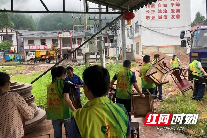 慈利县:文明实践志愿服务助力灾后重建工作 确保学生按时复学复课