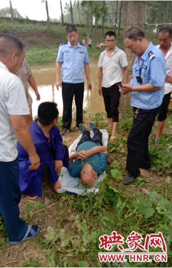 邓州市公安局林扒派出所警民合力救捞落水老人