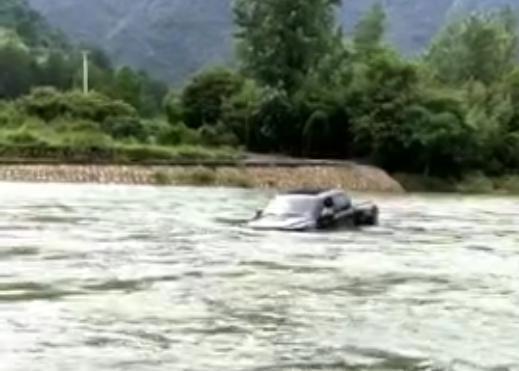 """皮卡车司机为拍小视频过""""水桥""""被冲走"""
