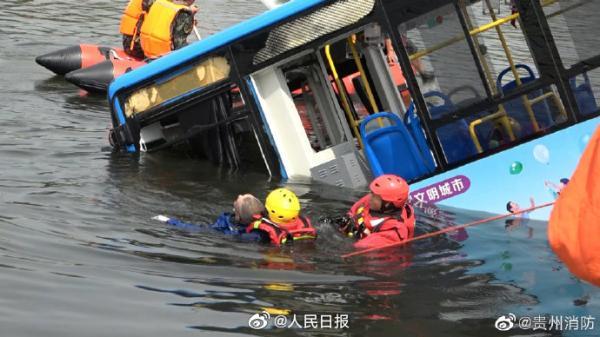 贵州坠湖公交15名伤者在医院救治,已组织心理医生进行疏导图片