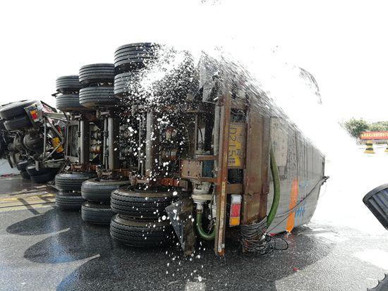 槽罐车侧翻漏油 消防到场及时排险