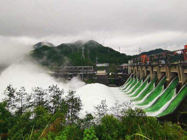 浙江新安江水库建成后首次9孔全开泄洪,半小时流量与西湖水相当