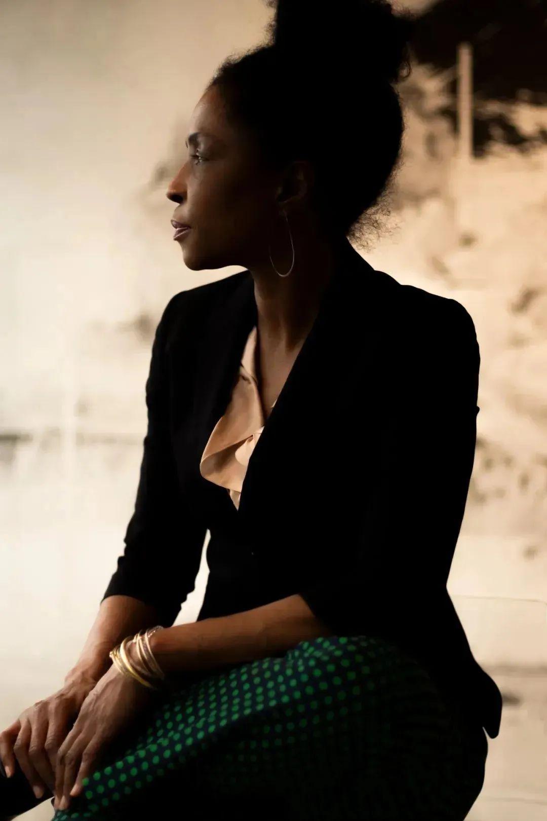 劳娜·辛普逊:首位进入威尼斯双年展的黑人艺术家