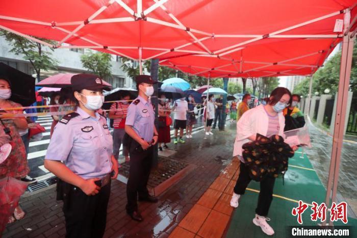 图为高考首日,武汉警方加强考点周边服务保障 武公轩 摄