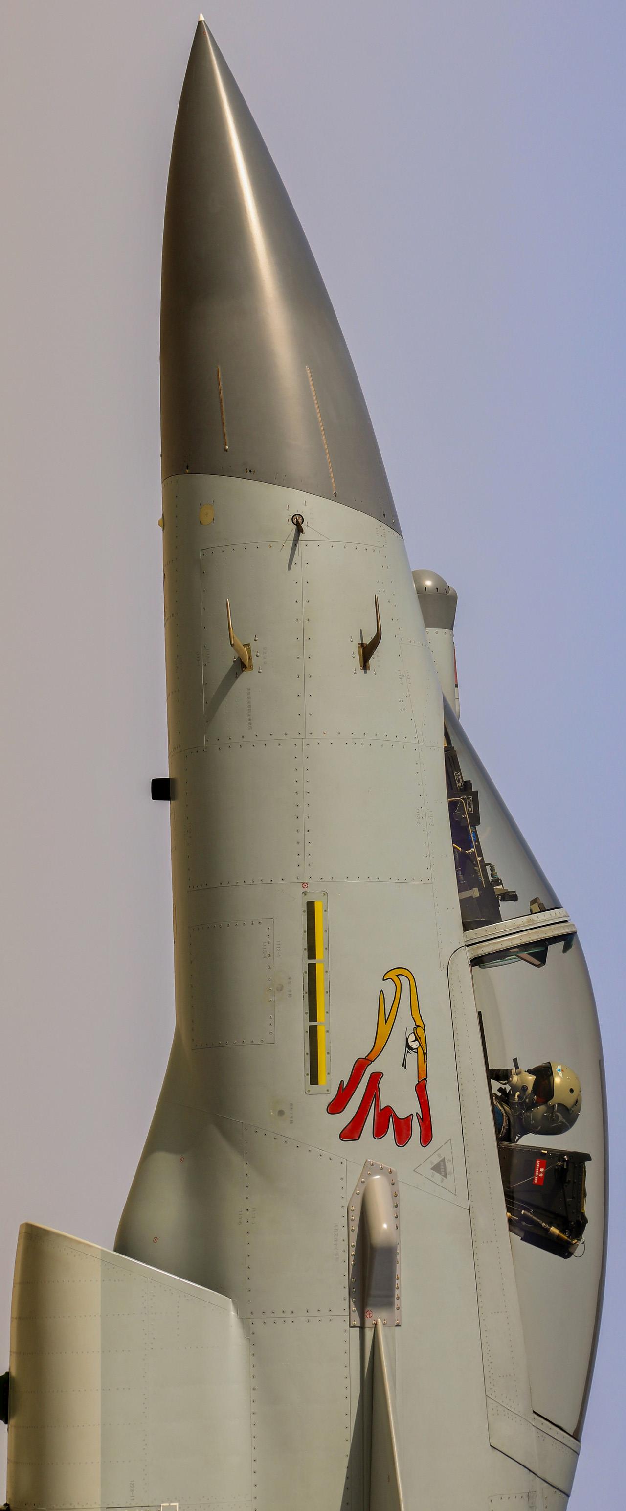 歼-10C机头纤毫毕现,光电雷达眯着眼……