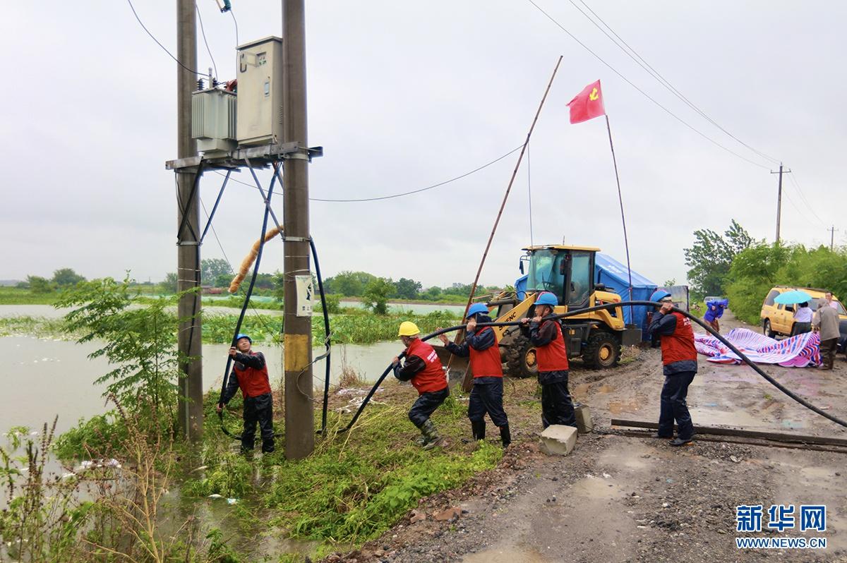 鄂州供电公司紧急架设电力线路保防汛安全