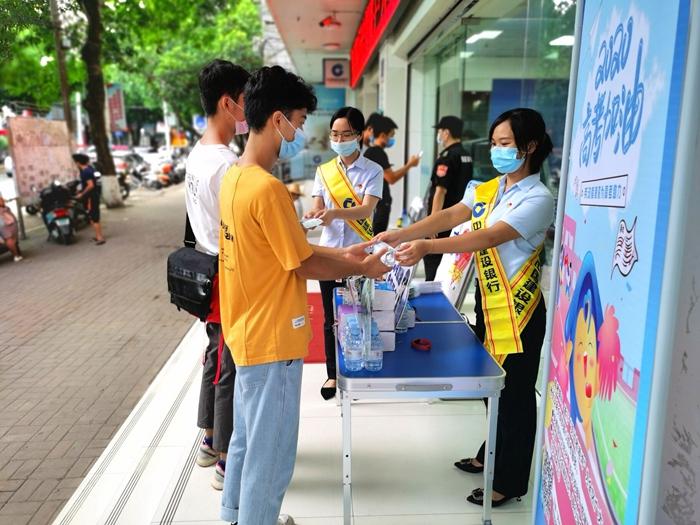 中国建设银行崇左分行工作人员用实际行动为学子助力