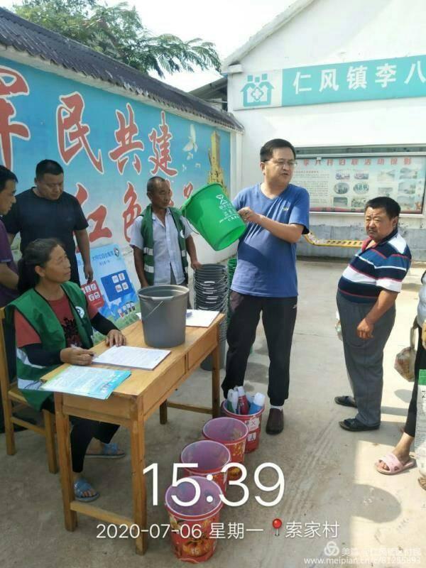 分类垃圾桶认领入户仁风镇推动美丽新农村建设