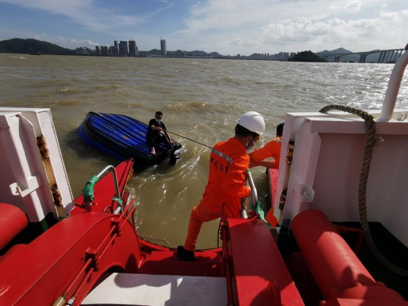 广州海事部门快速反应在珠江口救起3名落水者