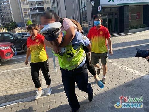 【暖新闻·江西2020】大余县一考生临考崴到脚 民警背赴考场