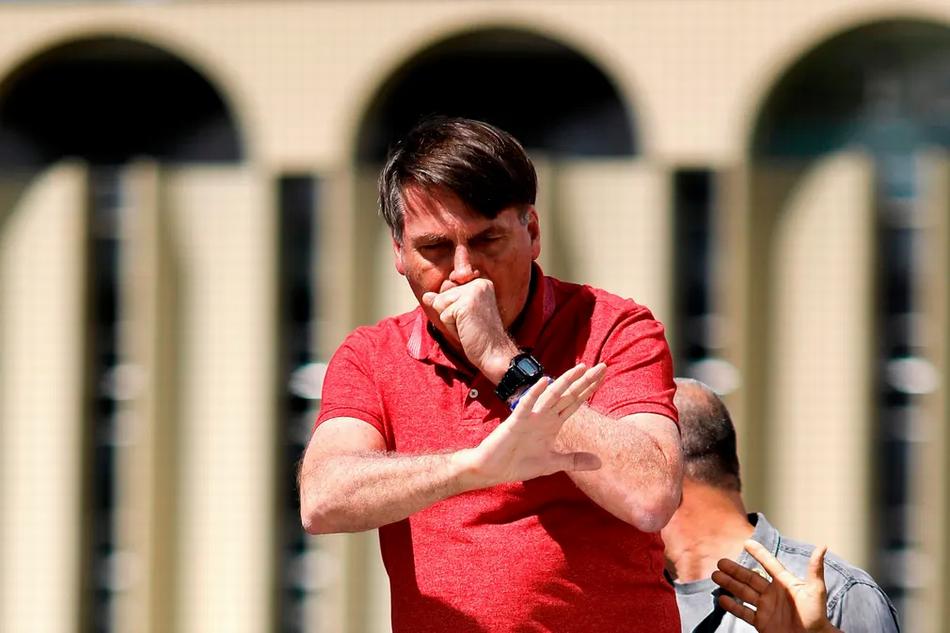 4月19日,博索纳罗在参加集会时咳嗽。