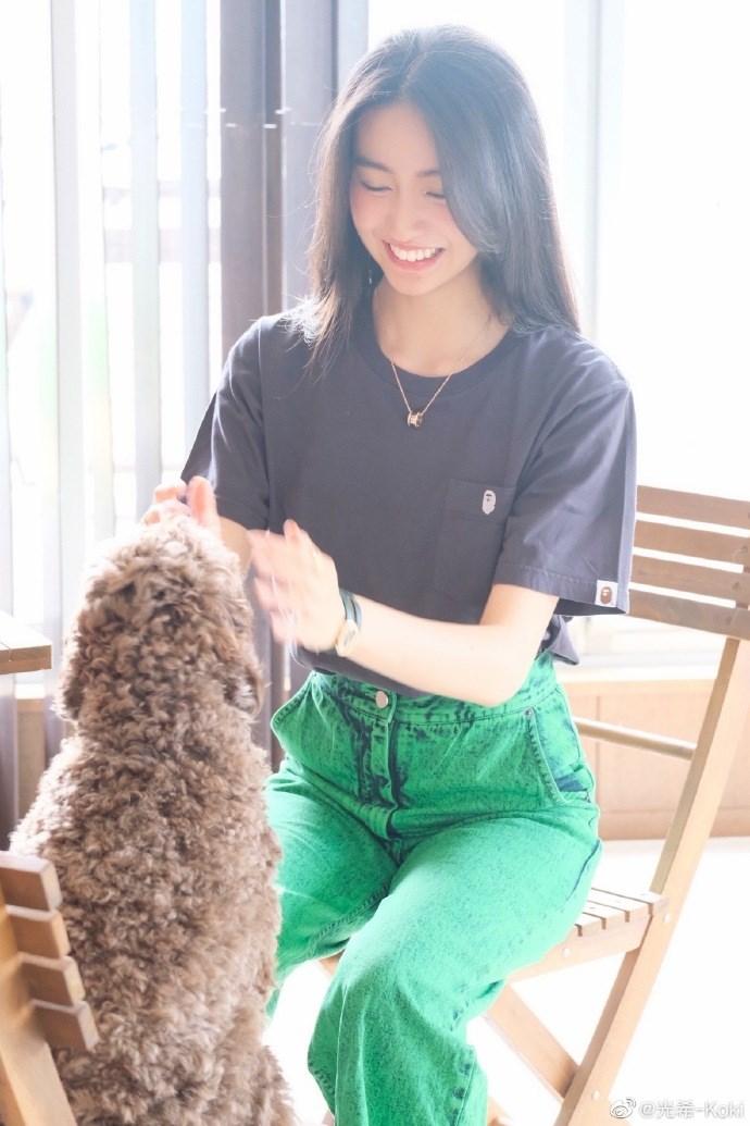 木村光希营业分享与爱犬玩耍照  穿灰T搭绿色牛仔裤轻松随性