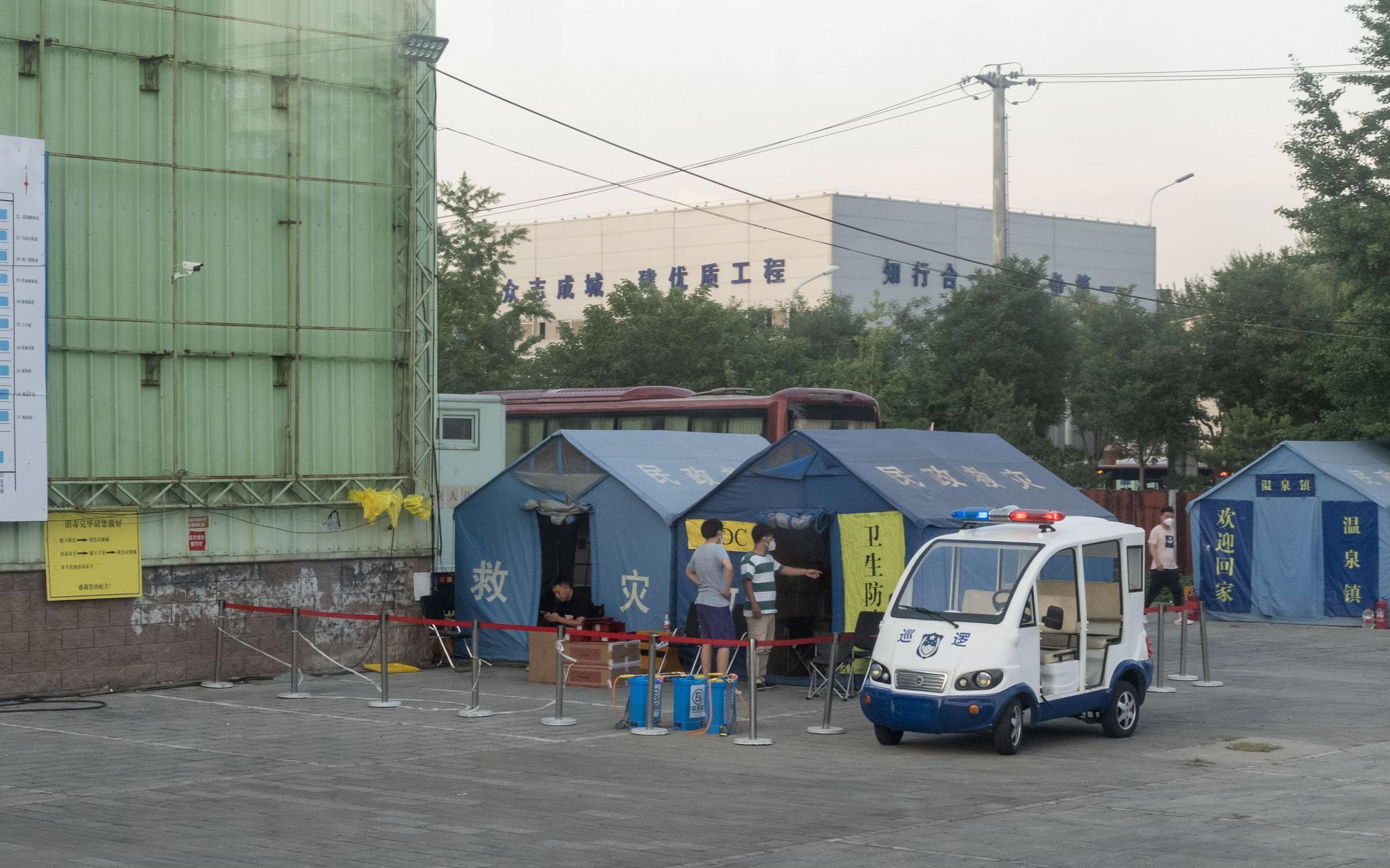 6月15日,海淀区四序青桥四周绿馨故里建材市场,核酸收罗地区,疾控中央的帐篷。新京报记者 李凯祥 摄
