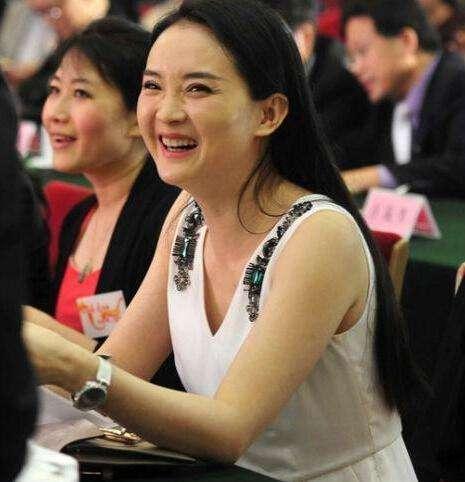王艳发福了也漂亮,即使镜头拍着也不怕笑出皱纹,真实面对衰老!