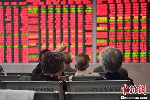 资料图:某证券营业部内的股民关注大盘走势。中新社记者 张浪 摄