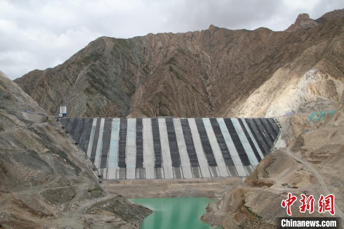 柴达木盆地最大单体水利枢纽工程二期面板浇筑完成