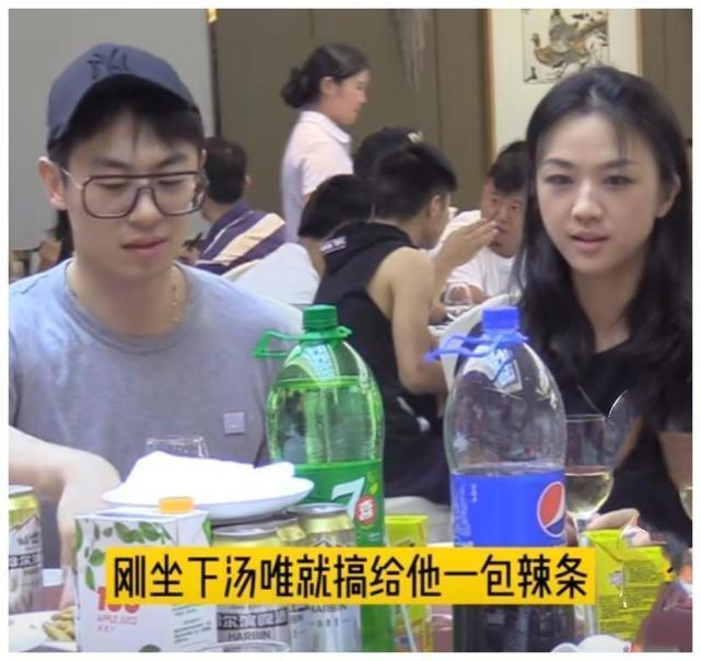 汤唯和朱亚文同桌吃饭,本人素颜好清秀啊,皮肤很白又没有坑洼!