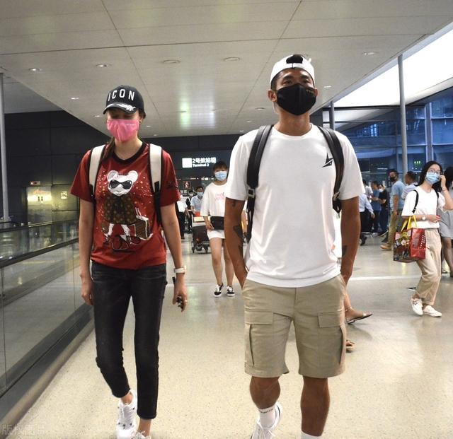 谢杏芳林丹机场分开走,素颜略显憔悴,打扮普通在人群中不起眼!