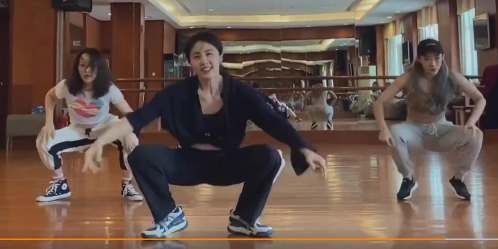黄磊老婆跳舞有少女的状态,虽然素颜稍显老态,但元气又自信!