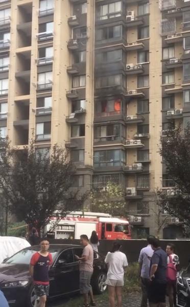 今晨宝山一小区发生火灾 整栋居民疏散