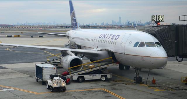 美国联合航空飞机一乘客称有炸弹 警察紧急检查