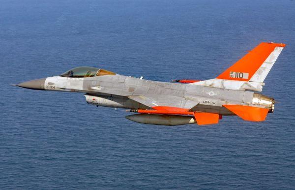 资料图片:美空军QF-16无人靶机试飞资料图。(美空军官网)