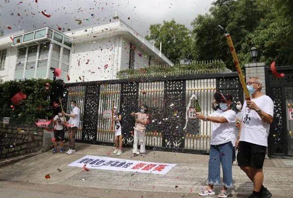 ▲香港市民开香槟庆祝黎智英被捕(香港《文汇报》网站)
