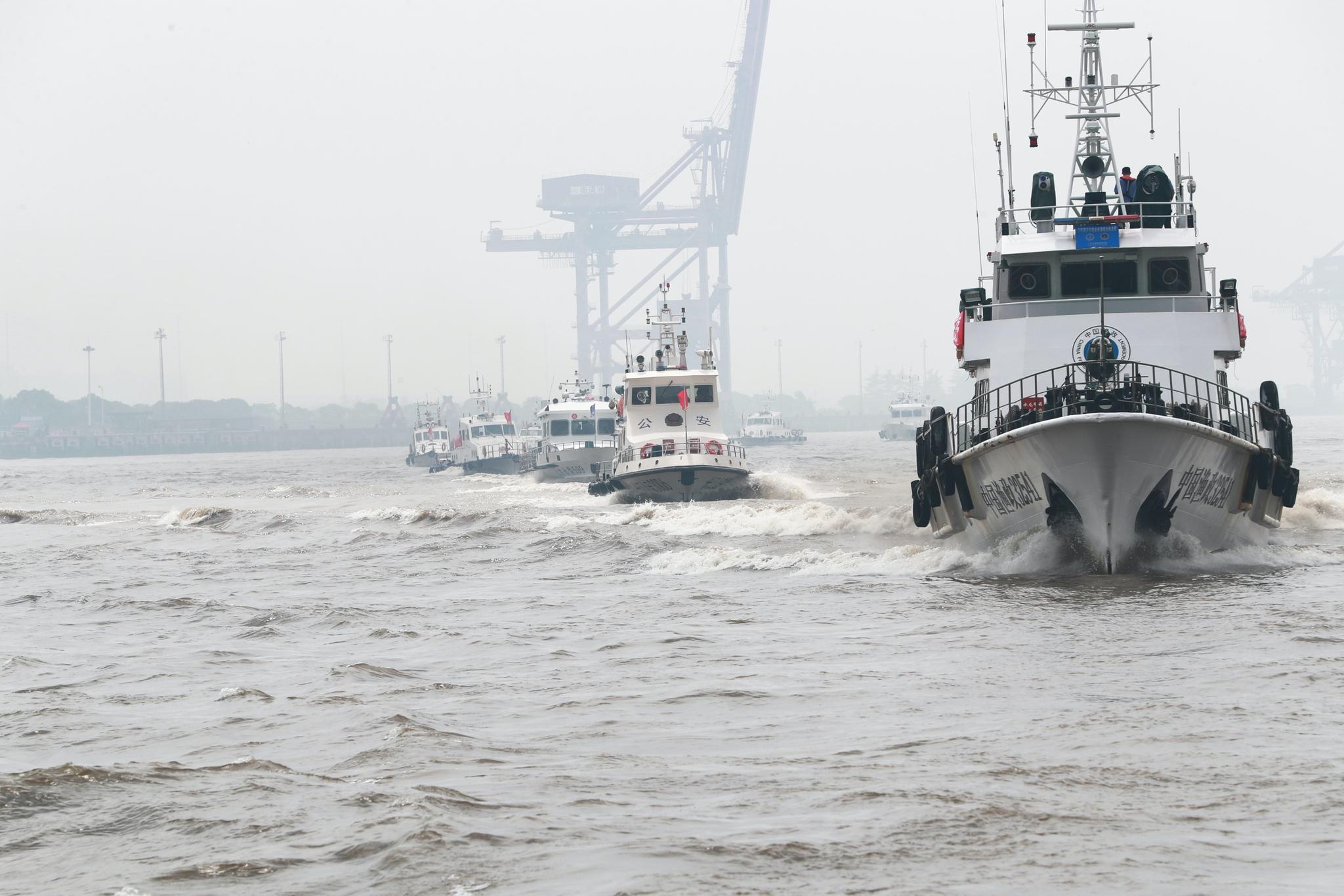 长江航运公安局南通分局与当地渔业主管部门开展联合巡查执法行动。 张建鑫 图
