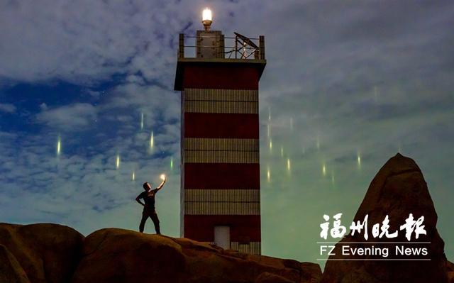 """平潭有""""暖夜灯柱""""的奇观 云就像镜子一样反射"""